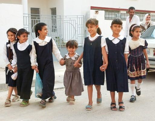 Un grupo de colegialas se dirige a su escuela