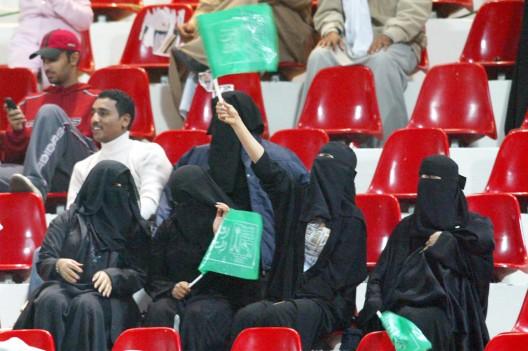 Mujeres saudíes asisten al partido de fútbol entre la selección de Arabia Saudí y › Omán