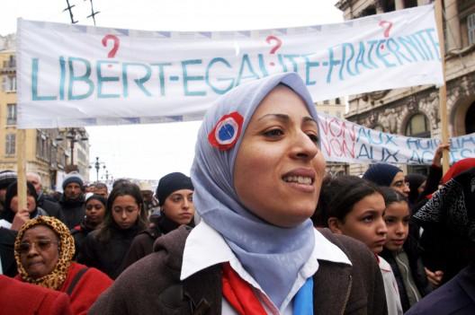 """chicas musulmanas se manifiestan contra la prohibición del """"hiyab"""""""