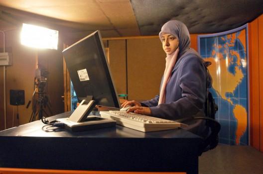 Una presentadora del noticiario de la cadena de televisión Al-Manar