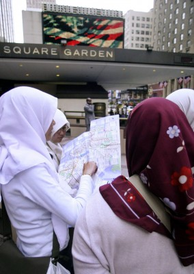 Mujeres musulmanas consultan un mapa frente al Madison Square Garden