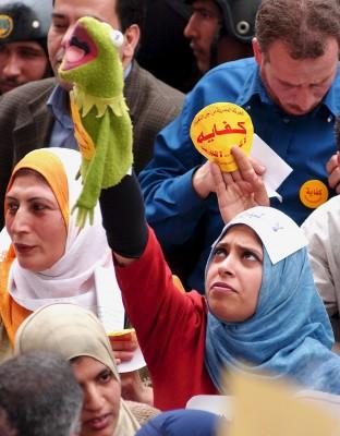 una mujer muestra una marioneta de la rana Gustavo