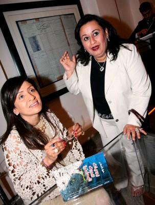 """La periodista Jawla Matar firma un ejemplar de su libro """"Diarios de Beirut Asediado"""""""