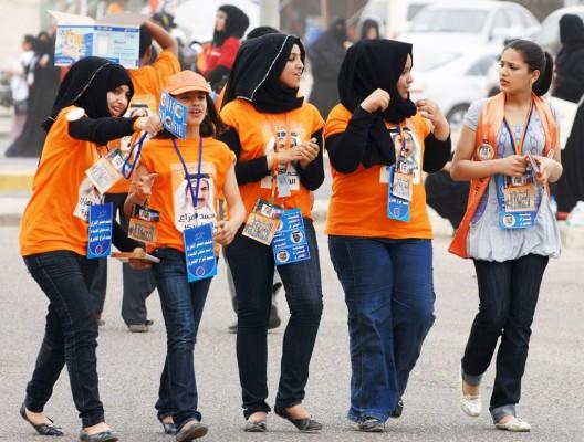 Jóvenes kuwaitíes dirigiéndose a votar