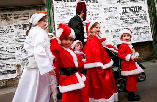 Una familia de judíos ultraortodoxos en el barrio de Mea Shearim