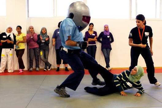 Unas jóvenes palestinas reciben entrenamiento de defensa personal