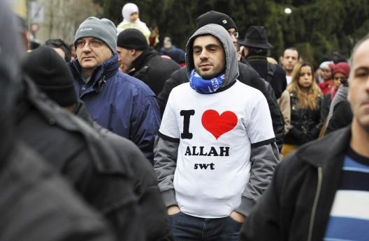 Concentración contra el referéndum que prohibe los minaretes en las mezquitas suizas