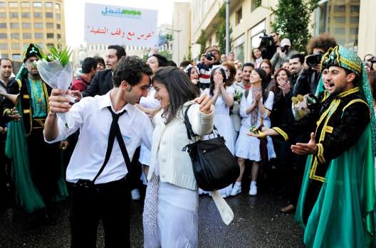 Activistas libaneses vestidos de boda